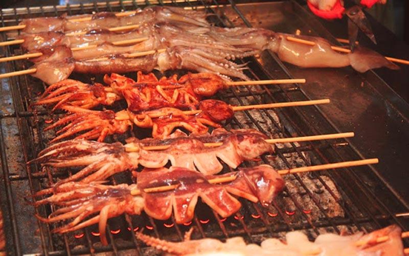 Thưởng thức những món ăn hấp dẫn tại chợ đêm Khẩn Đinh ở miền Nam Đài Loan
