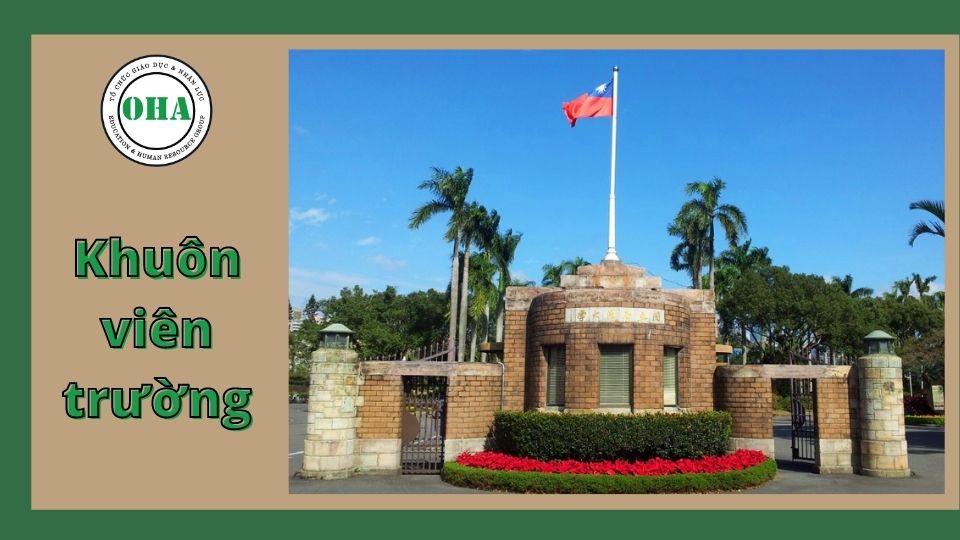 Khuôn viên rộng lớn phủ đầy cây xanh tại Đại học Quốc lập Chính trị Đài Loan
